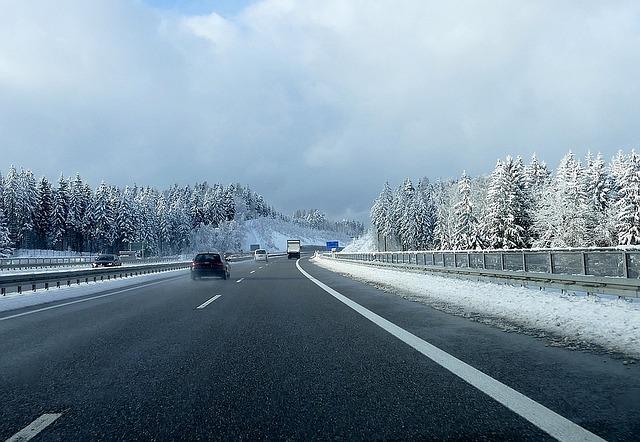 Jazda v zime po diaľnici