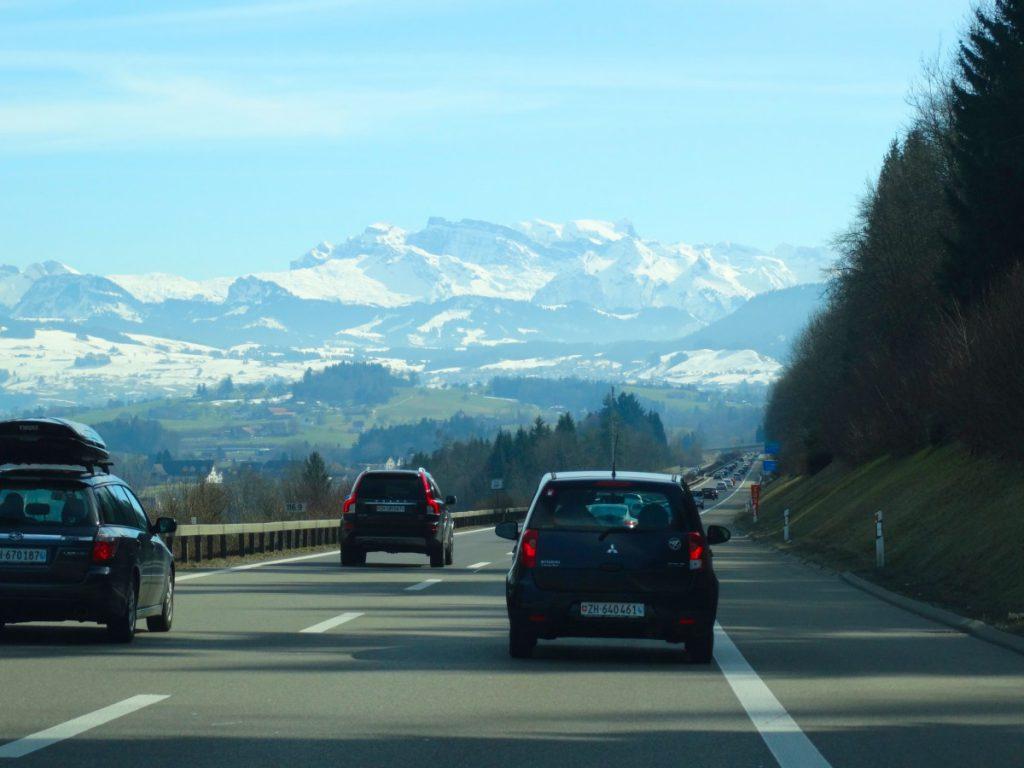 Autá na ceste vedúcej do hôr
