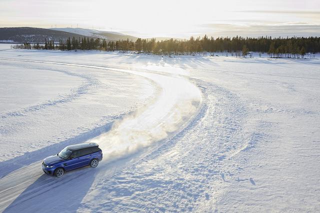 Vozidlo na dráze na zamrzlém jezeře