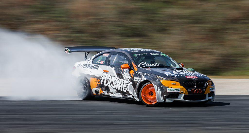 Driftující auto na závodní dráze