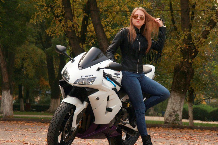 Žena na motorce