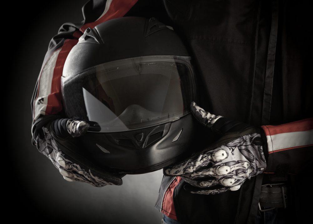Moto helma a bezpečnostní prvky pro motorkáře