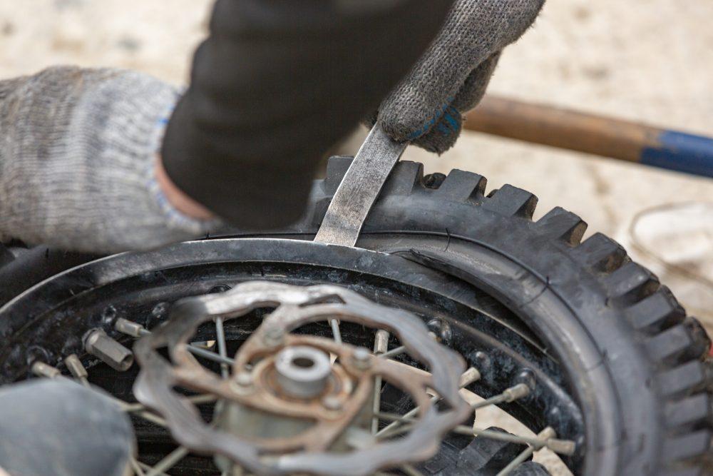 Nejčastější příčiny defektů moto pneu