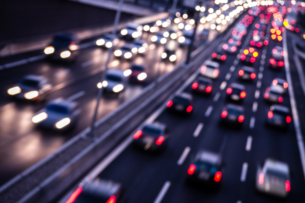 Diaľnica v noci s radmi idúcich automobilov