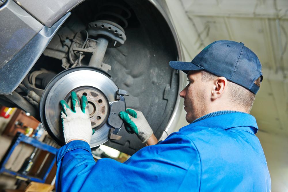 Mechanik opravuje brzdy na automobile