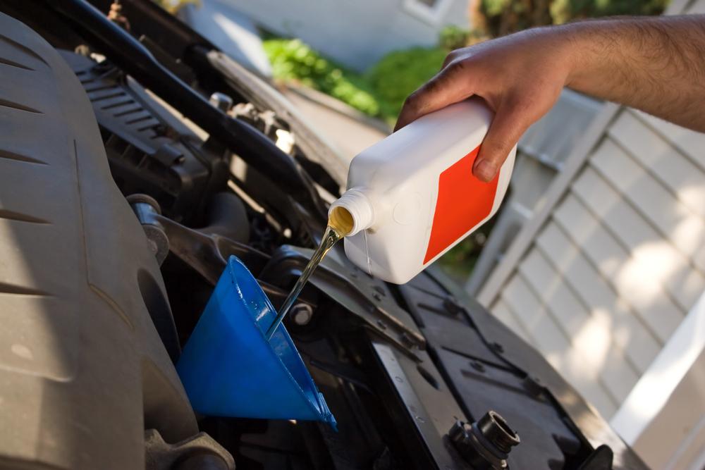 Dolievanie motorového oleja cez lievik