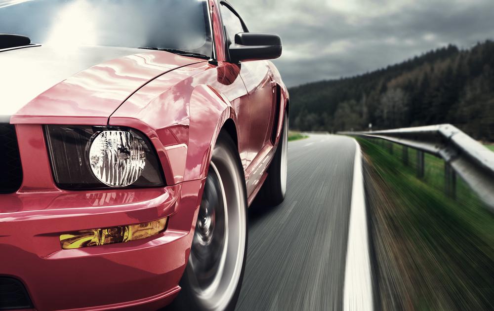 Pneumatiky na idúcom červenom aute
