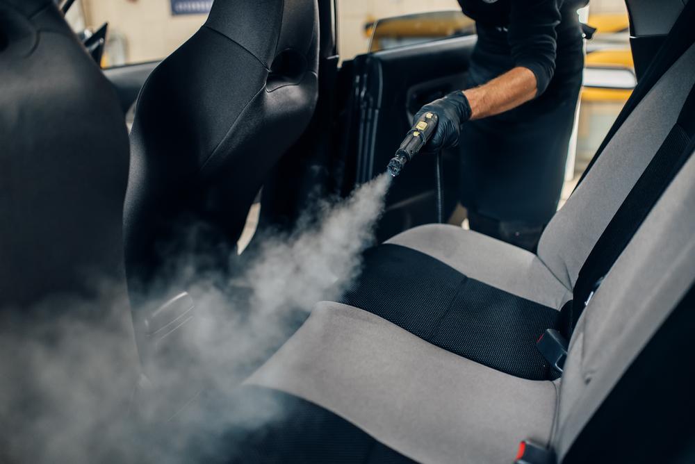 Čistenie poťahov auta parným čističom
