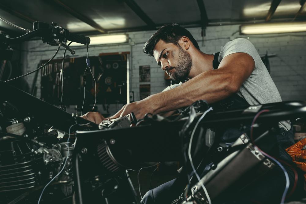 Mechanik s motorkou v dielni