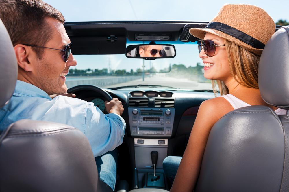 Mladý pár v aute s polarizačnými okuliarmi