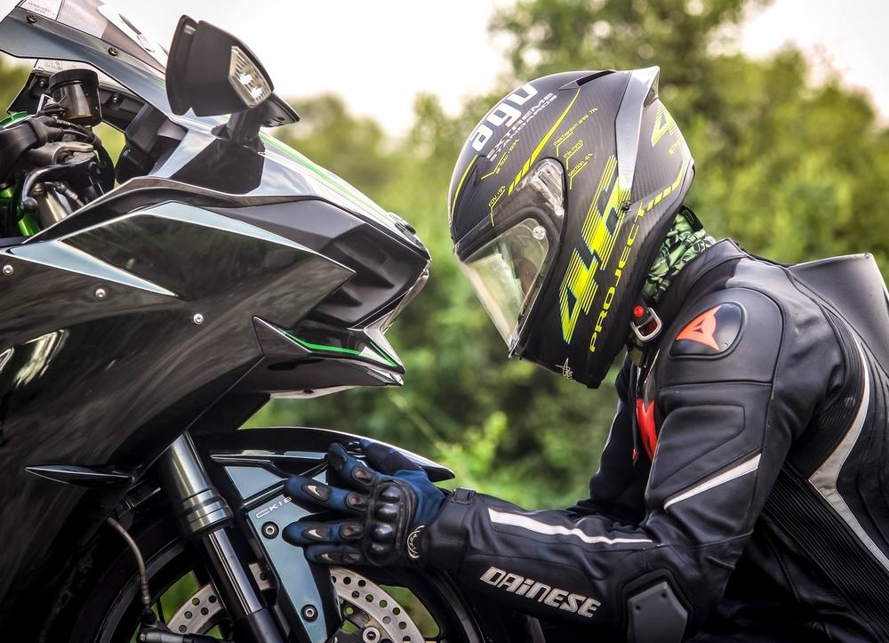 Jazdec kontroluje predné koleso motorky