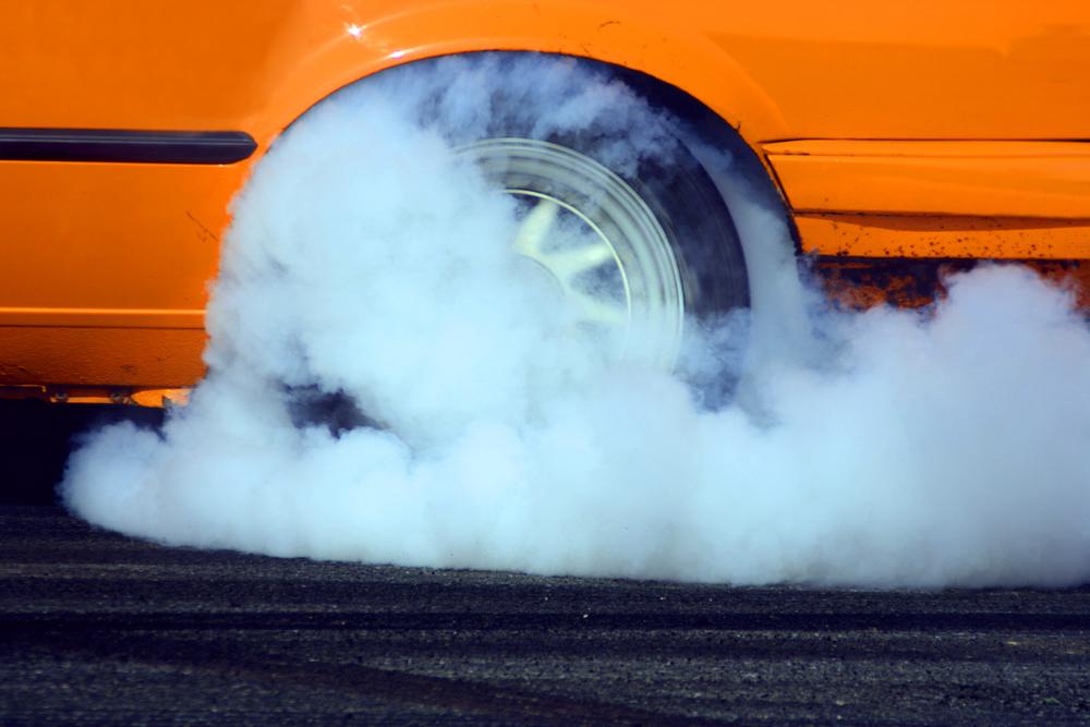 Pretáčanie dymiaceho kolesa automobilu