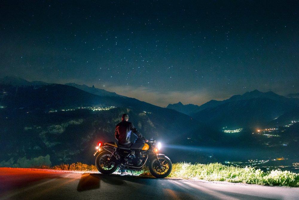 Jazdec s motorkou v noci