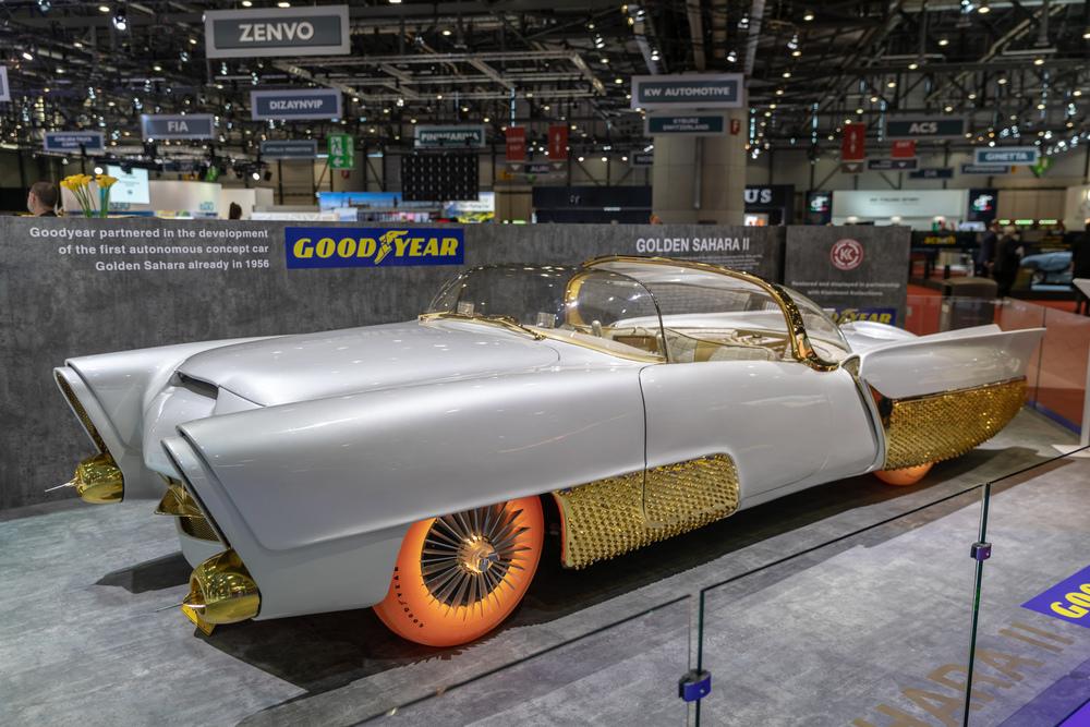 Automobil Golden Sahara II so svietiacimi pneumatikami