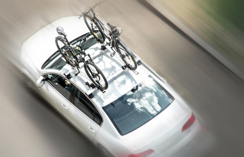 Auto so strešným nosičom bicyklov