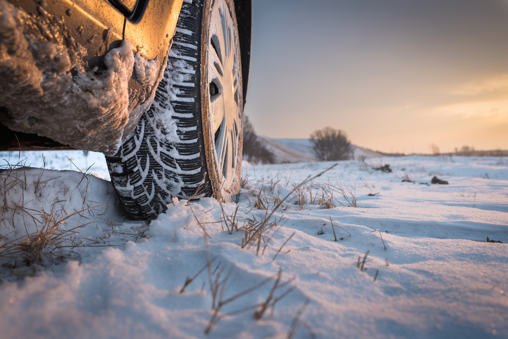 Koleso automobilu na snehu