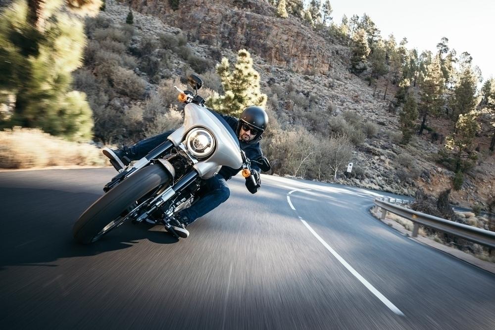 Motocyklista v náklone