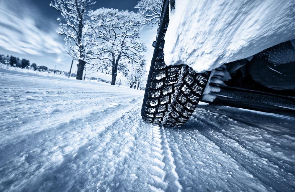Jazda autom po zasneženej vozovke