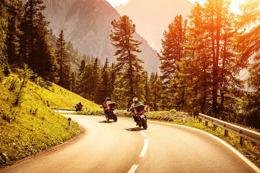 Dve motorky na horskej ceste.
