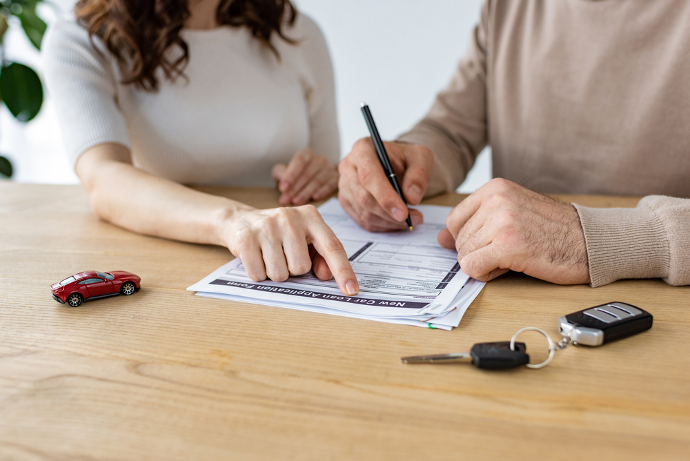Muž a žena podpisujú zmluvu.