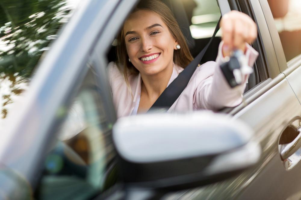 Žena v aute s kľúčikmi
