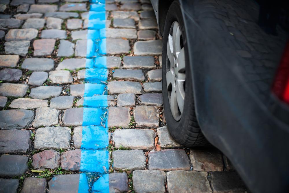 Koleso auta v modrej zóne