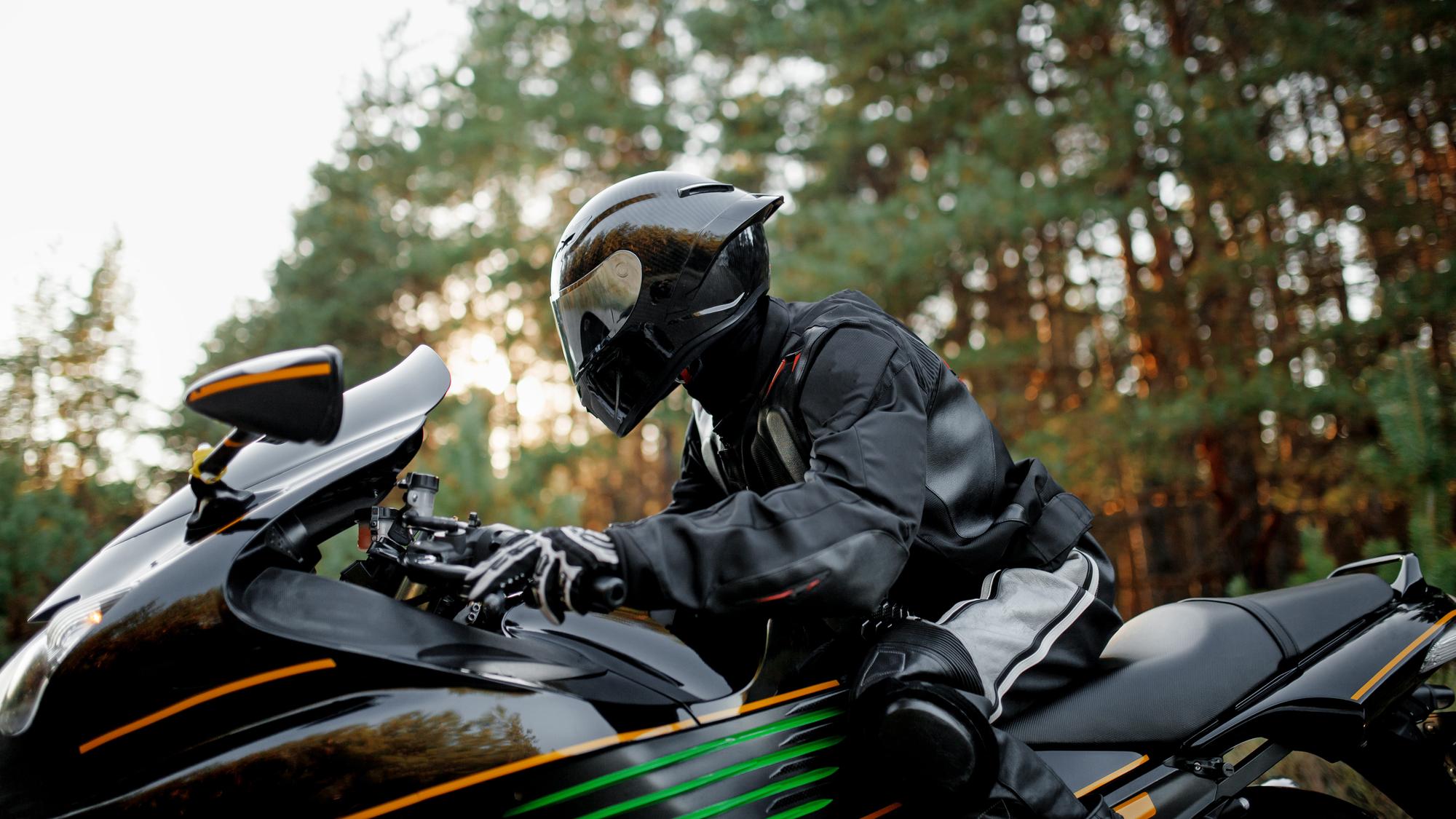 Motocyklista na motorke s prilbou a kvalitnou bundou