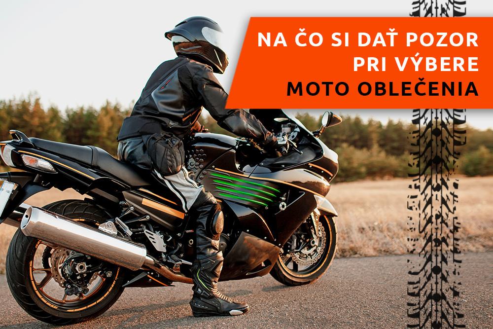 Motocyklista s motorkou na ceste