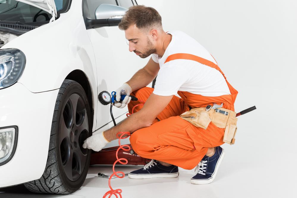 Automechanik meria tlak v pneumatikách