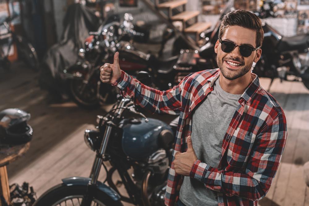 Nadšený motorkár pri motorke
